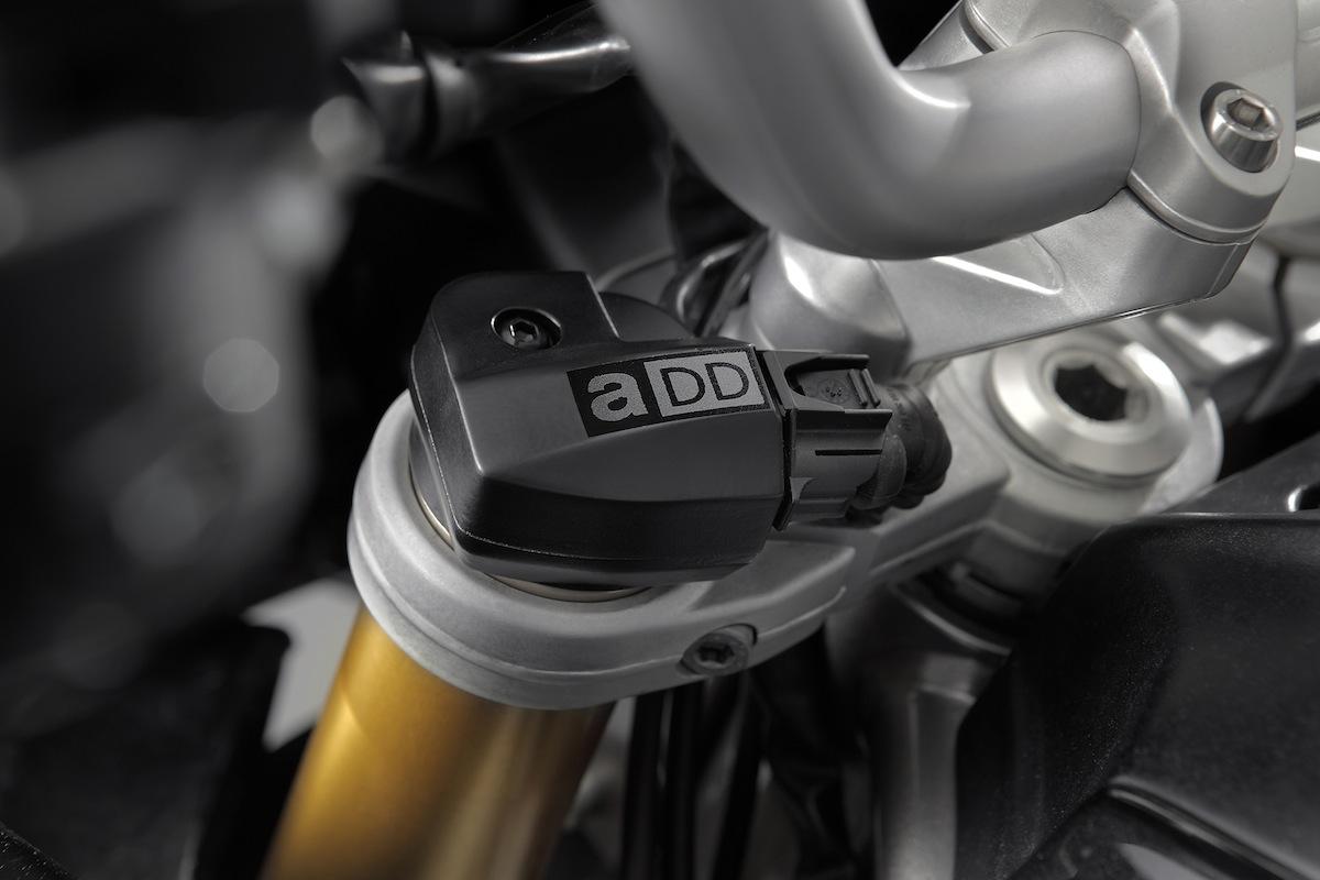 De petits moteurs couplés à des capteurs de mouvements des suspensions sont contrôlés par un programme. C'est l'ADD.