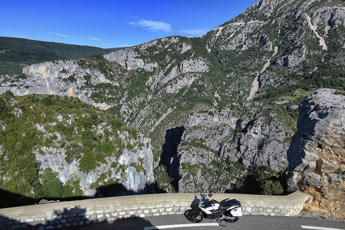Les gorges du Verdon; la route se resserre, et le bitume se dégrade.