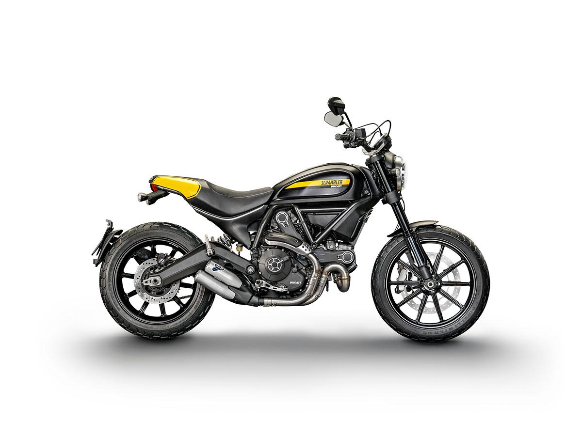 """Le Scrambler Ducati en version """"Full Throttle"""" Un guidon plaus bas, un arrière plus court, un double échappement Terminioni et une déco avec une place pour le numéro du pilote... Le plus sportif du club des 4!"""