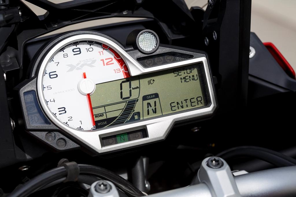 Un beau tachymètre, et un affichage complet, avec les modes et le rapport de vitesses engagé. Mais pas la température de l'air extérieur.