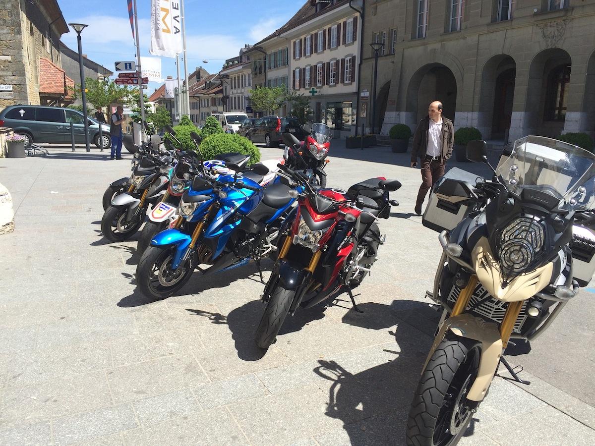 Le test des motos Suzuki incluait un passage dans la vieille ville d'Avenches.