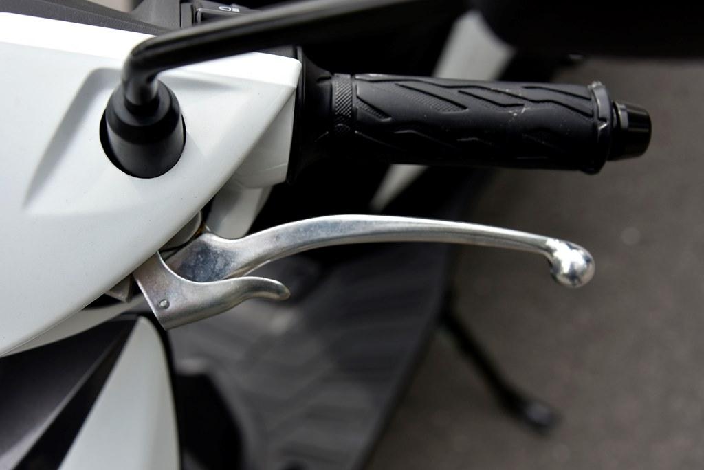 Le frein à main est ce petit levier ajouté sur le levier du frein antérieur.