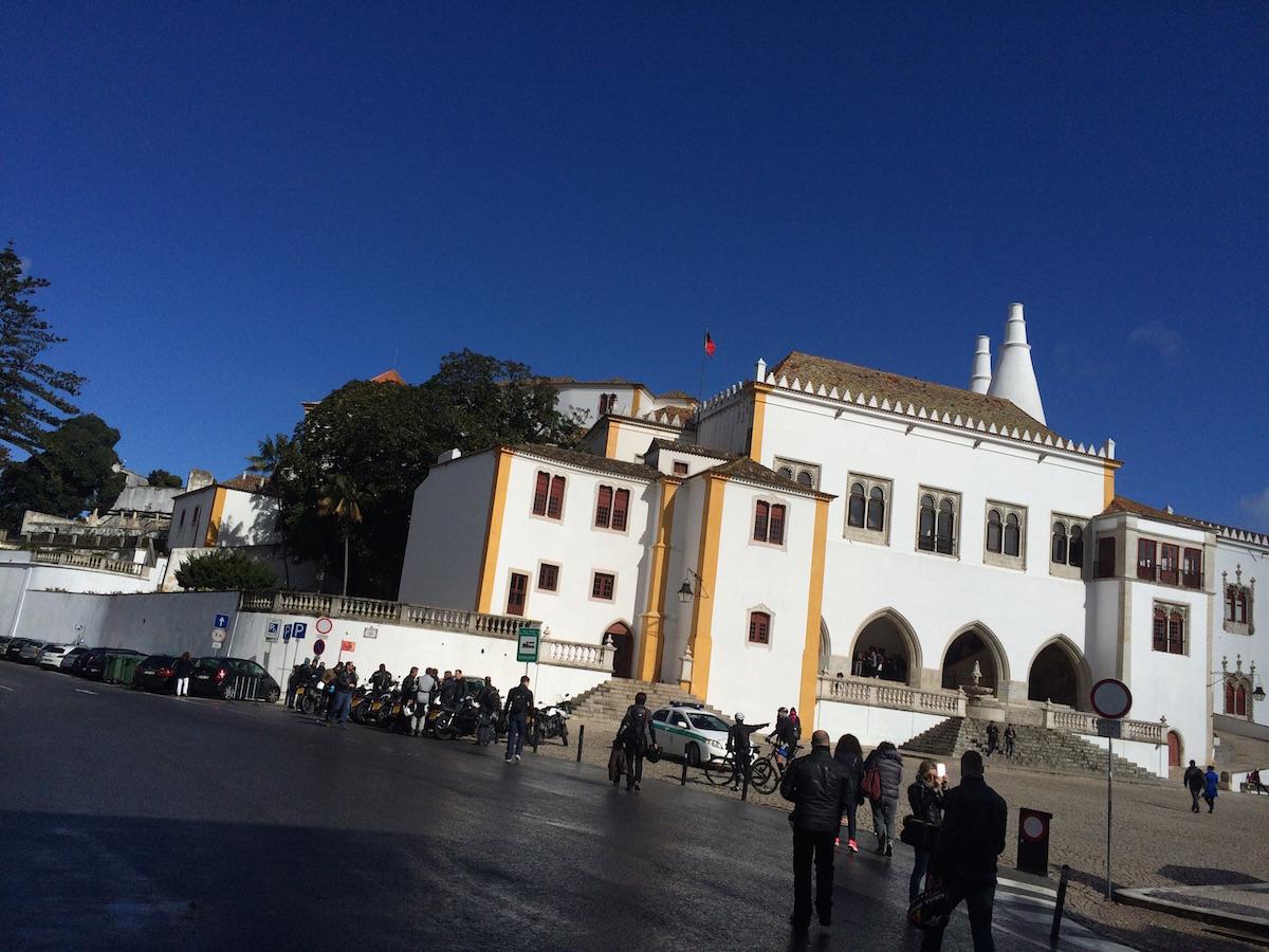 La place centrale de la petite ville portugaise de Sintra.