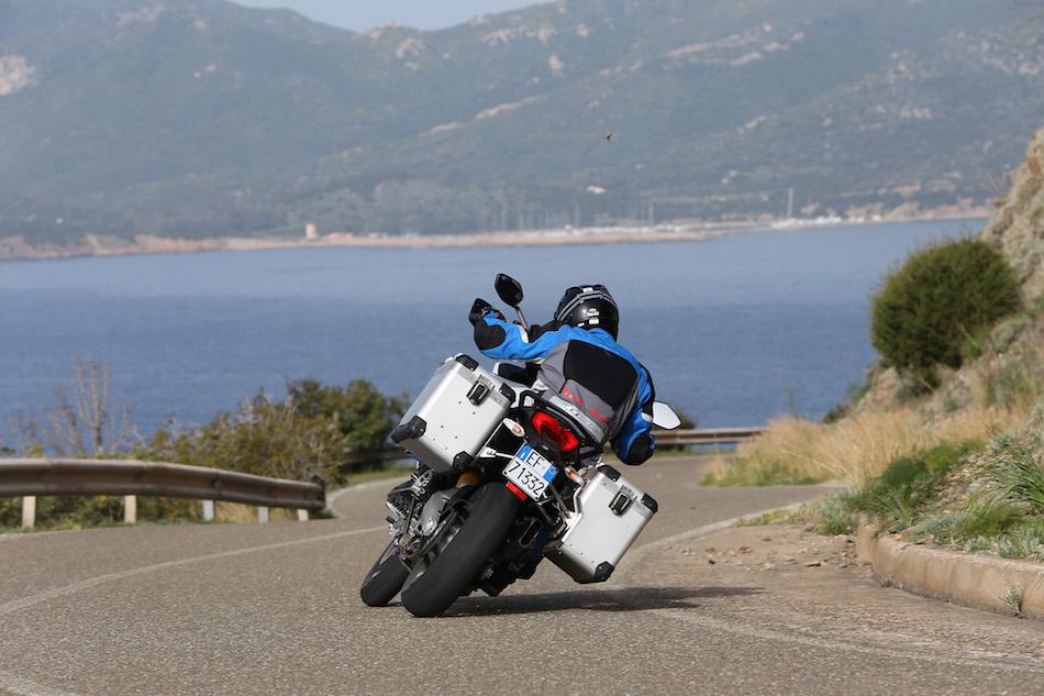 Même les valises peuvent frotter, tellement la moto est capable de s'incliner.