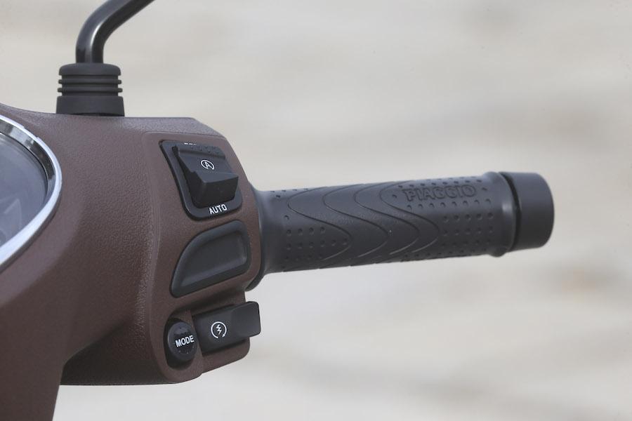 La commande du Start and Stop (AUTO) se trouve sur le comodo droite.