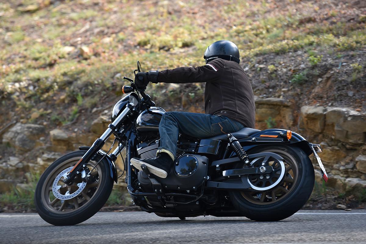 La Harley-DAvidson noire Low Rider S frotte rapidement... Mais qu'est-ce que c'est bon!