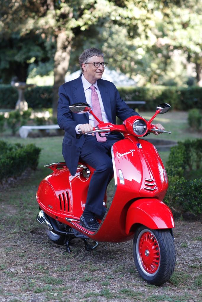 Bill Gates au guidon de la Vespa RED.