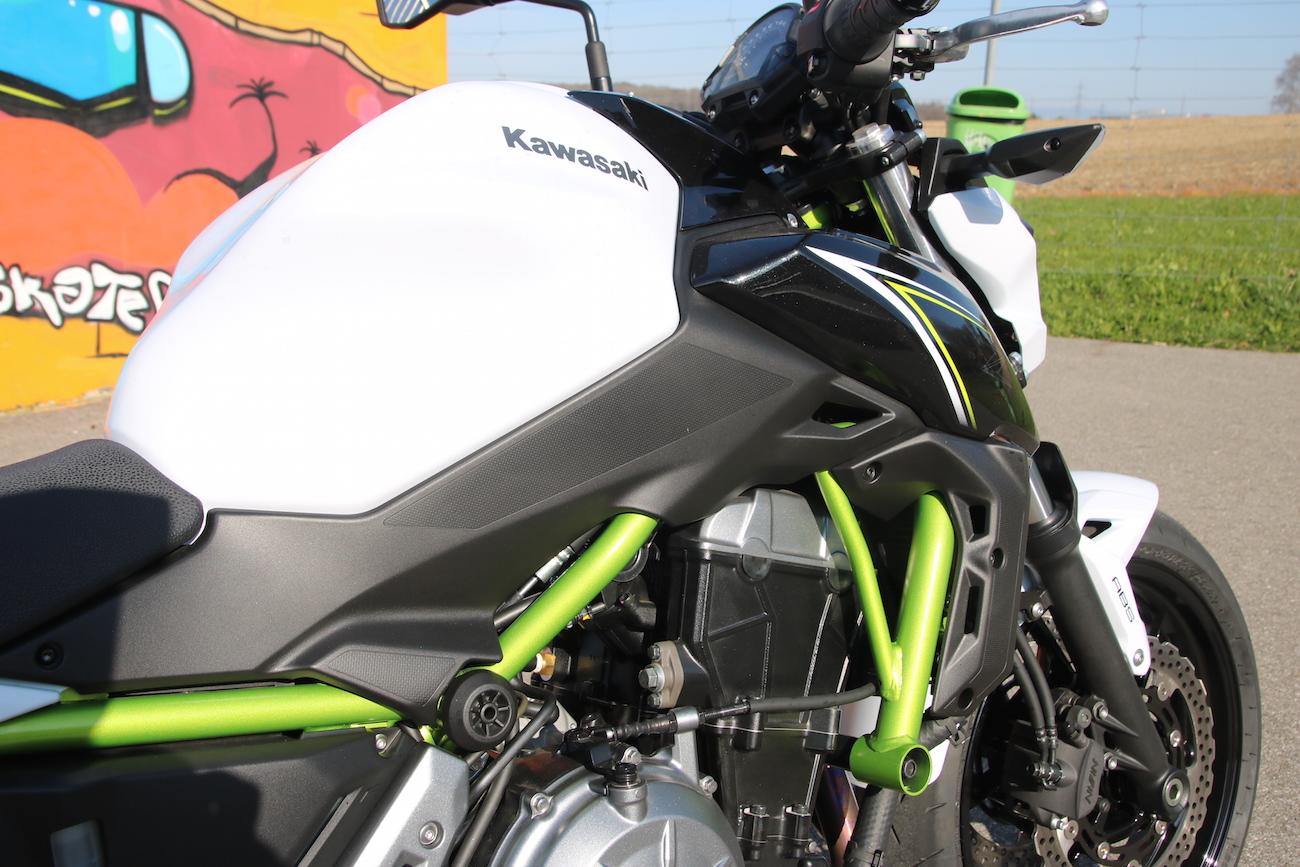 Le cadre tubulaire en acier (vert) est pour beaucoup dans la perte de poids de la moto (par rapport à l'ER-6n).