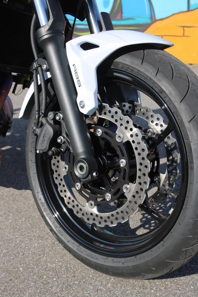 Les freins, nantis de disque en forme de pétales, sont puissants, mordants et facilement dosables.