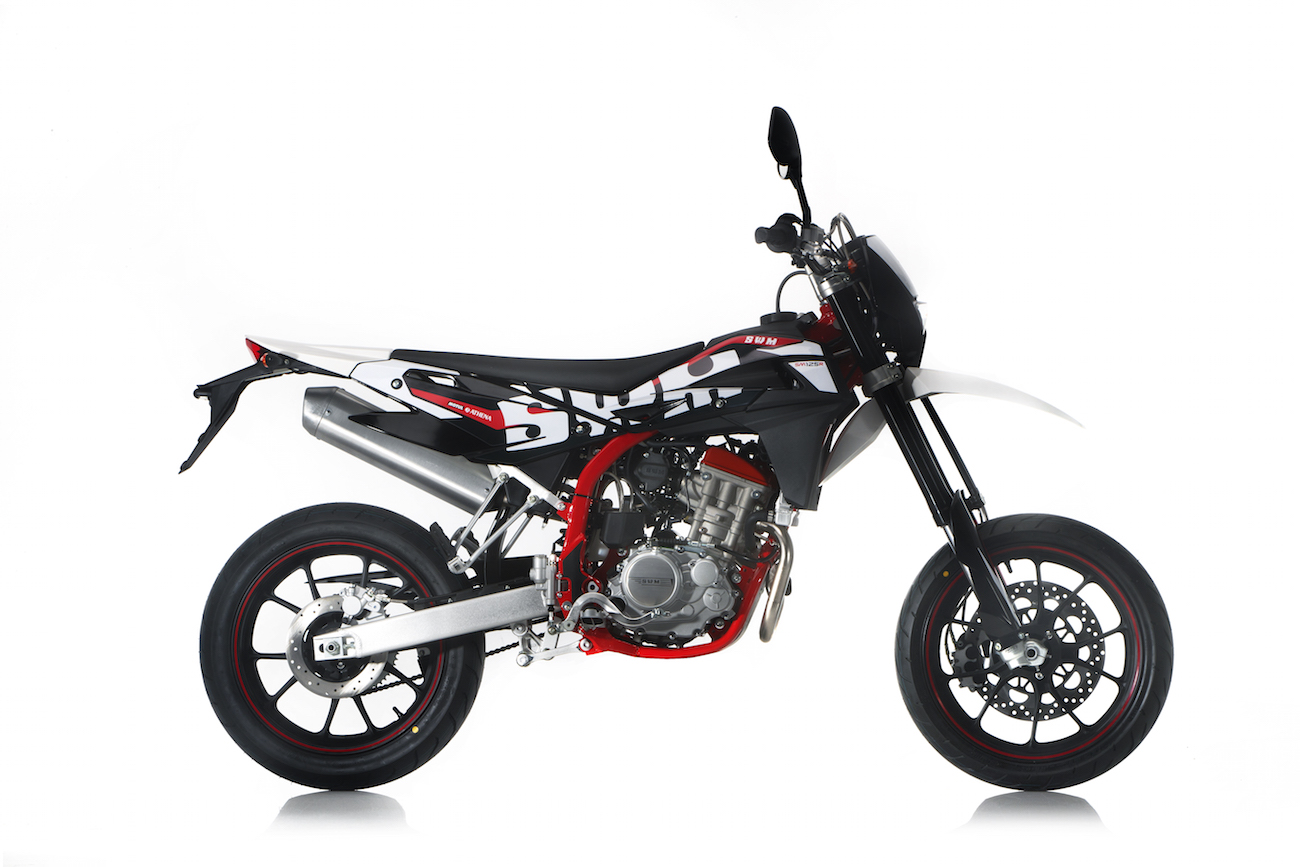 la swm sm 125 r un petit supermotard bourr de caract re actu moto. Black Bedroom Furniture Sets. Home Design Ideas