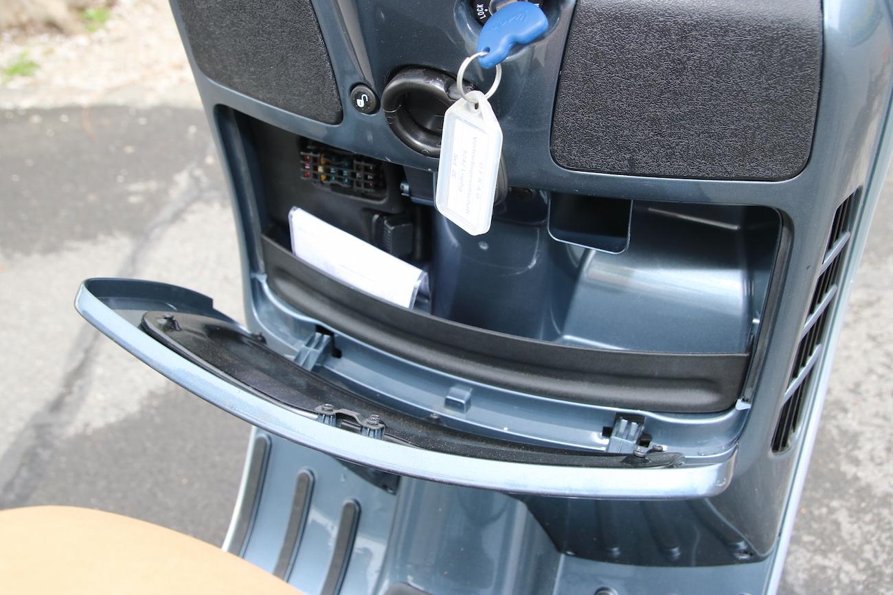 Un petit vide-poche (verrouilable) est à disposition, tout comme une prise pour recharger un téléphone.