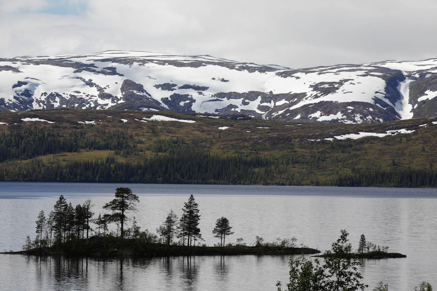 Le détour par les pistes permet d'admirer de beaux petits lacs.