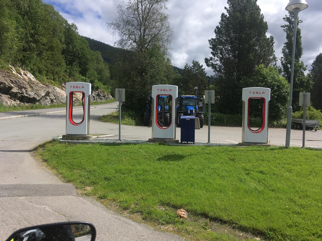En Norvège, on a vendu beaucoup de voitures électriques Tesla, et il y a aussi un certain nombre de bornes de recharge électriques.