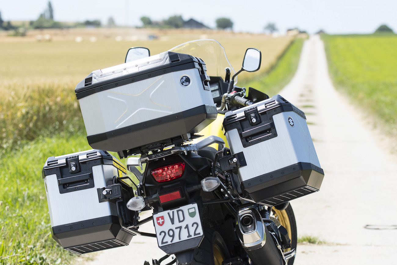 A part cette variante XT Xplorer, il y a aussi une V-Strom Traveller, sans les jantes à rayons, et avec des valises plus orientées touring qu'adventure.
