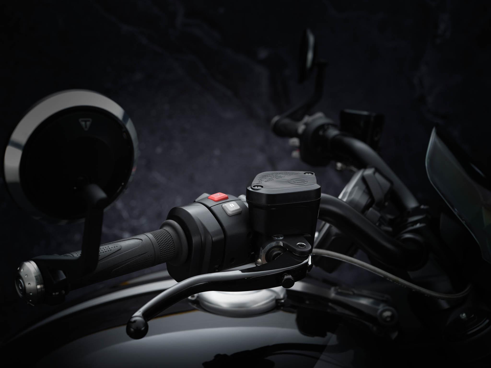 Triumph-Rocket-3-GT-Triple-Black-details-2