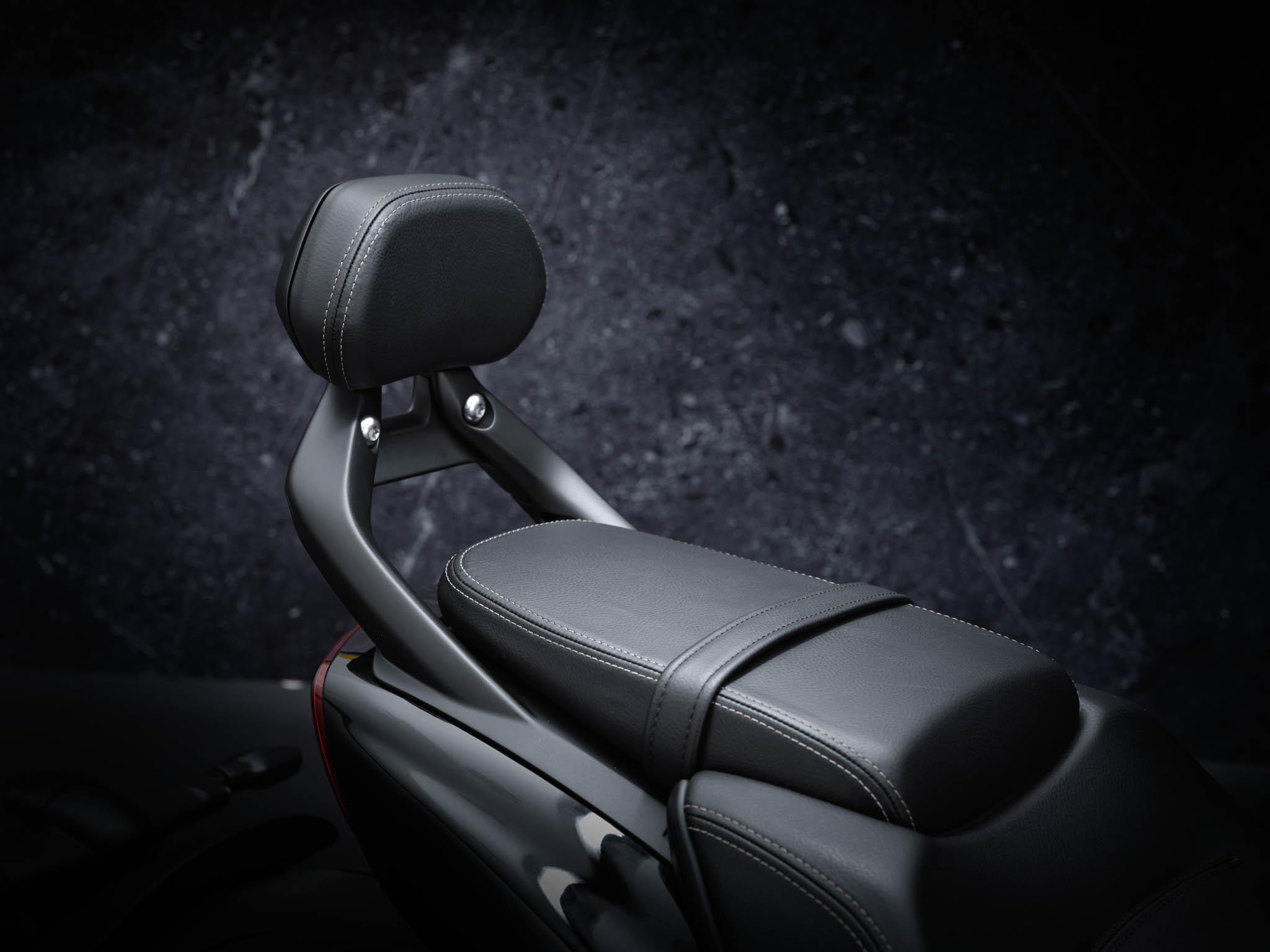 Triumph-Rocket-3-GT-Triple-Black-details-5