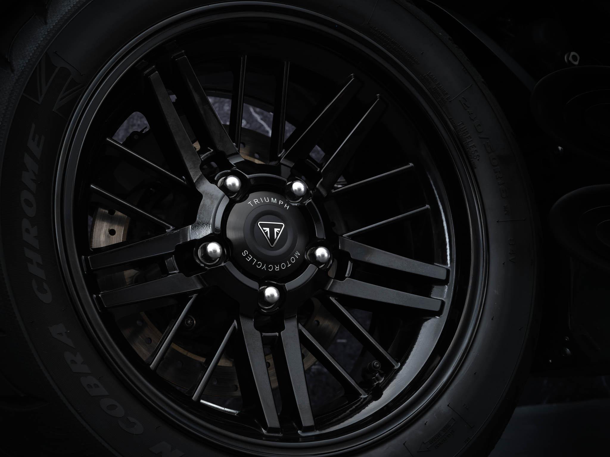 Triumph-Rocket-3-Roadster-Triple-Black-Details-8