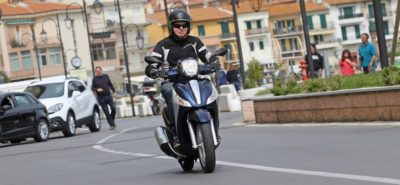 Avec ses roues hautes et son coffre décent, Le Medley est un concurrent sérieux au Honda SH :: Piaggio