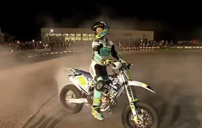 Joan Mir a aussi «un pet au casque» :: Acrobatie à moto