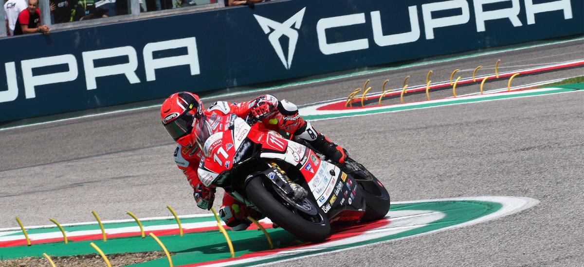 Ferrari comme un bolide à Imola, devant un Tamburini pressé; les Suisses Vionnet et Suchet sont plus loin