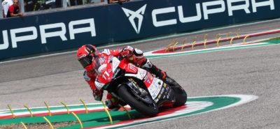 Ferrari comme un bolide à Imola, devant un Tamburini pressé; les Suisses Vionnet et Suchet sont plus loin :: CE Superstock 1000