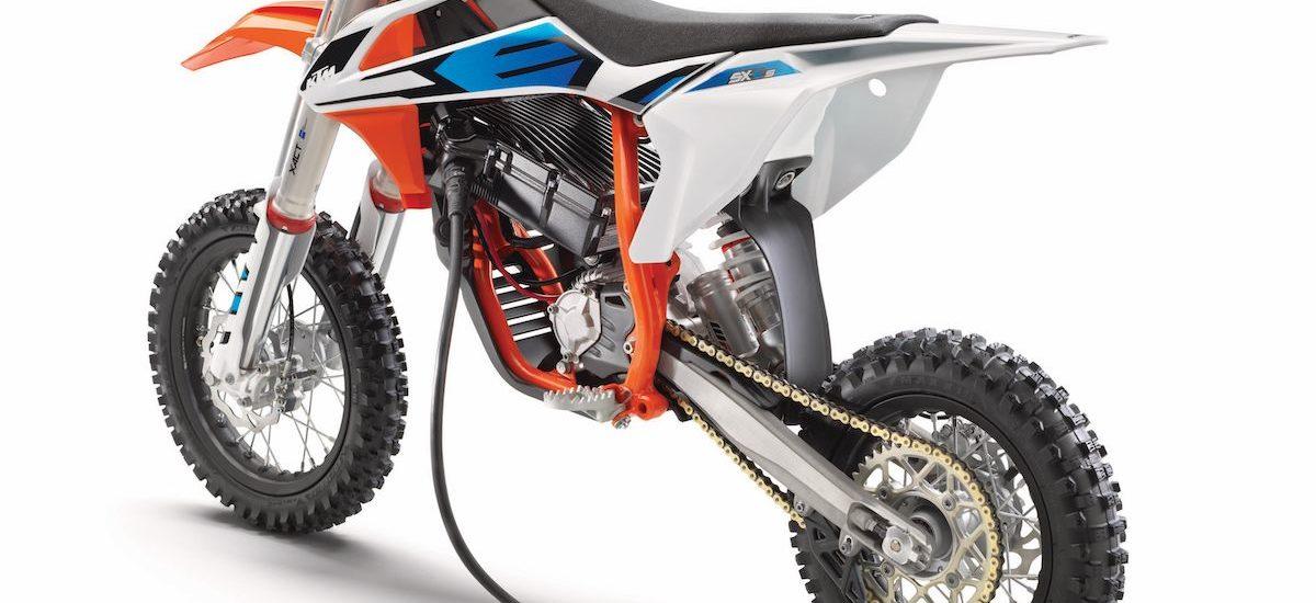 Avec la SX-E 5 et l'EE 5, KTM et Husqvarna se mettent à la mini moto de cross électrique