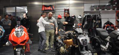 La Ducati V4 Penta supernaked a attiré la foule à Crissier :: Présentation statique