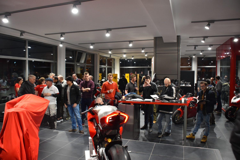 La Ducati V4 Penta supernaked a attiré la foule à Crissier