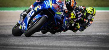 Marquez tombe, et Rins décroche sa première victoire devant Rossi