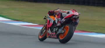 Sous la pluie et en slick, Marquez assure spectacle et pole position