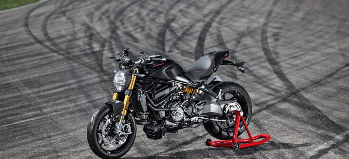Une Ducati Monster 1200 S noir sur noir