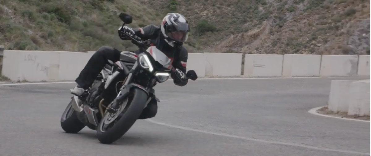 La Triumph Street Triple RS tantôt route tantôt piste