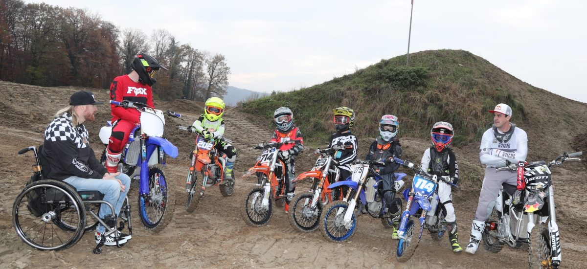 Des enfants à l'école du Supercross de Genève avec Matt Rebeaud