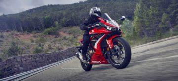 Une Honda CBR 500 R à la partie-cycle plus sportive